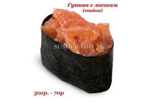 Гункан с лососем (спайси)